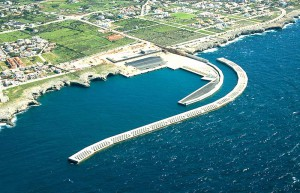 Les ampliacions dels ports no estan justificades, ja que els estudis econòmics d'aquestes infraestructures diuen que el trànsit marítim ha disminuït durant la darrera dècada. A la imatge el nou dic de Son Blanc a Ciutadella.
