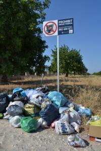 Accés a la platja de Cala Varques. Un exemple dels problemes de residus que pateixen aquests espais durant les temporades turístiques.
