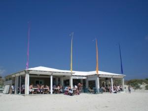 L'entorn natural d'es Trenc ha sucumbit al consumisme més voraç. No importa espolsar-se l'arena per poder prendre un refresc vora la mar, comprar un bonic mocador o gaudir d'un bon massatge.