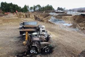 Màquines calcinades després d'una acció directa contra l'empresa Hellas Gold, en la seva explotació minera d'or a cel obert. Halkidiki (Grècia, febrer 2013).