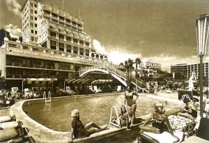 Imatge promocional d'un hotel als anys 60.