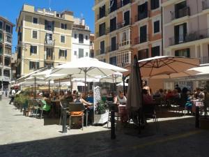 La plaça d'en Coll, a Sa Gerreria, farcida de terrasses per al consum dels turistes.