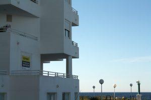 Anunci d'un pis tapiat a primera línea de mar a Cala de Bou (Sant Josep). Paola García.