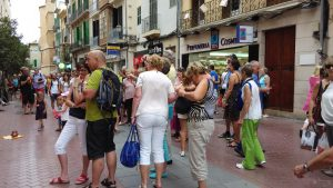 Esquivar turistes, l'esport que més practicam les llonguetes.
